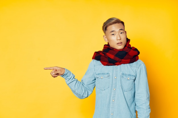 Азиатский мужчина на ярком цветном фоне позирует модель, коронавирус
