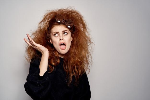 Женщина с лохматыми волосами удивлена сумасшедшей