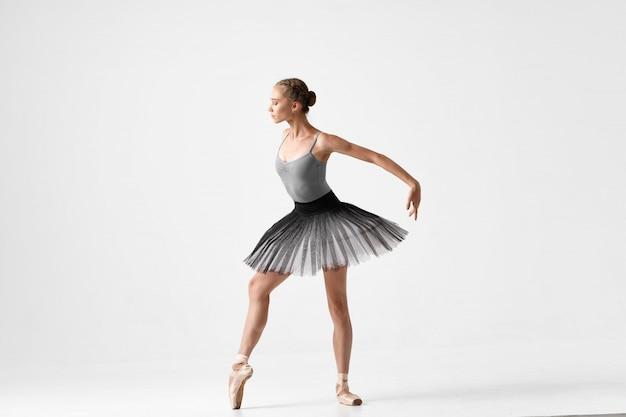 Женщина балерина танцует балет