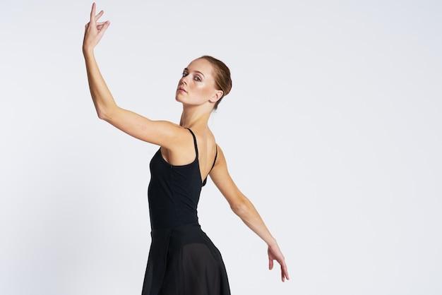 チュチュとトウシューズで踊る女性バレリーナ