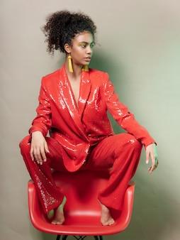 Женщина афроамериканец в блестящей праздничной модной одежды