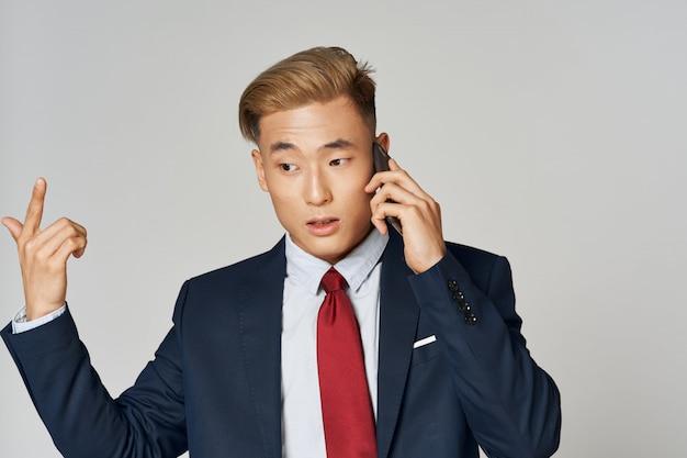 スーツでポーズをとってアジアビジネス男