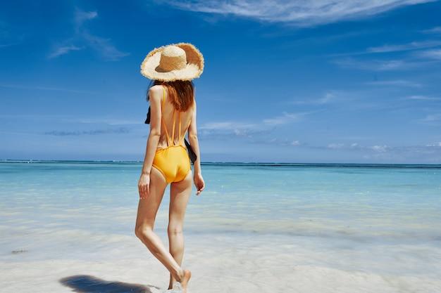 ビーチで黄色の水着の女性
