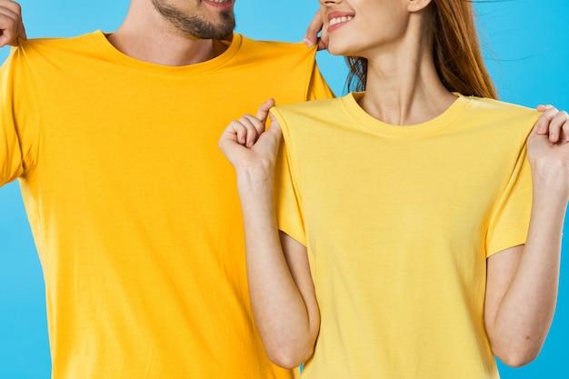 Мужчина и женщина в ярких цветных футболках позируют вместе, пара