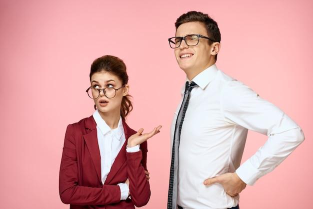 Мужчина и женщина в деловых костюмах позируют в студии