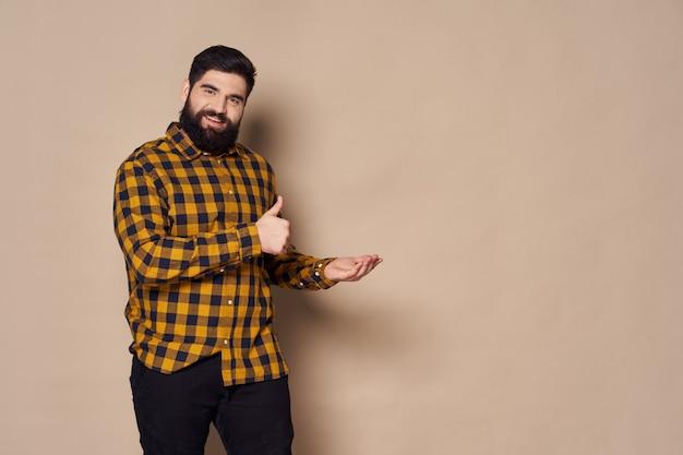 ひげのポーズを持つ男