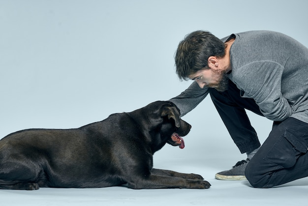 彼の犬と一緒に幸せな男