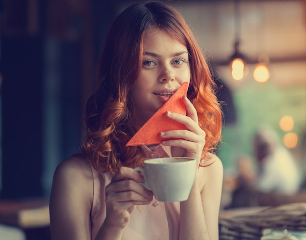 カフェで若くてきれいな女性