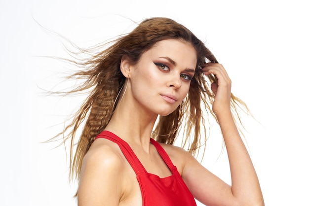 Красивая молодая женщина с вьющимися волосами в красном купальнике тропического изображения
