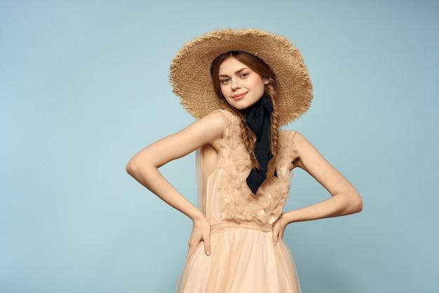 青い壁、柔らかい春のイメージに透明なドレスの少女のヴィンテージ人形の柔らかいイメージ