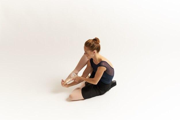 Женщина балерина растягивается