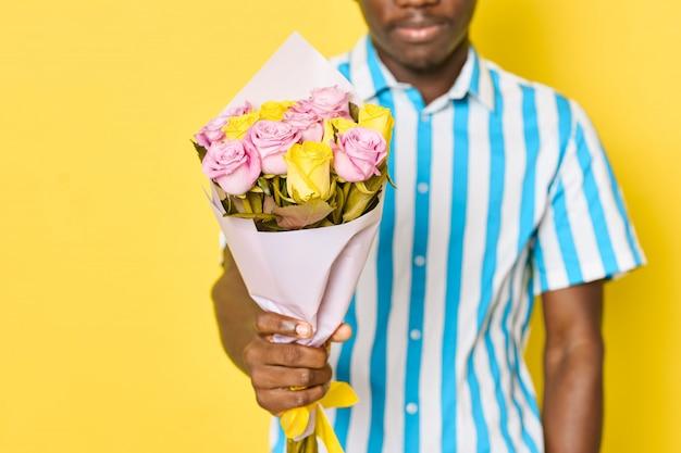 花の花束を持って男