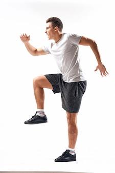 Молодой спортсмен занимается спортом, раздутый мускулистый спортсмен