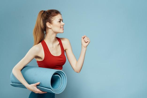 Молодая женщина делает фитнес на дому, тренировки и йоги.