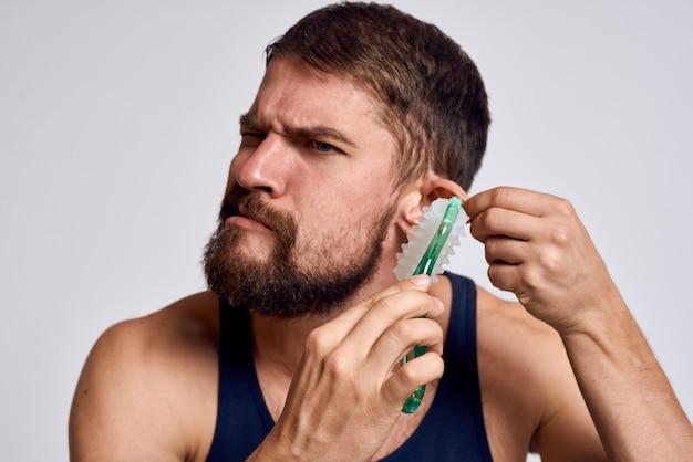 自宅で体と頭のマッサージ、筋肉の弛緩をしている男