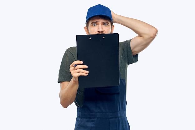 作業服の男、小包、物、製品の配達