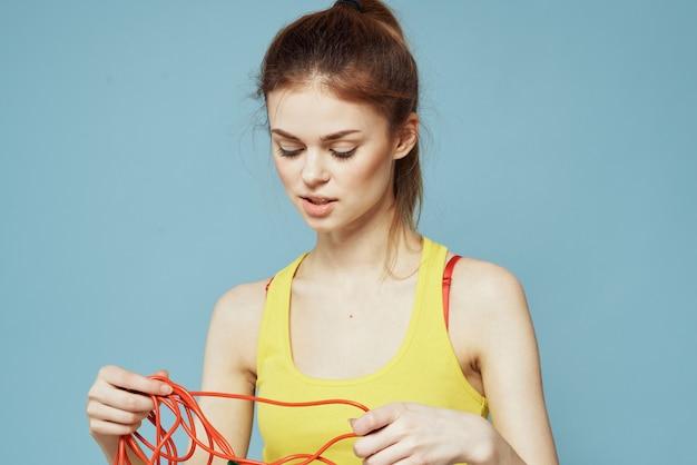 自宅でフィットネス、トレーニング、ヨガを行う若い女性。