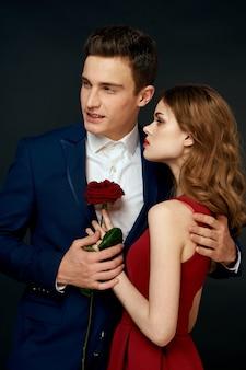 黒い壁に男と女の恋人の美しいロマンチックな若いカップル