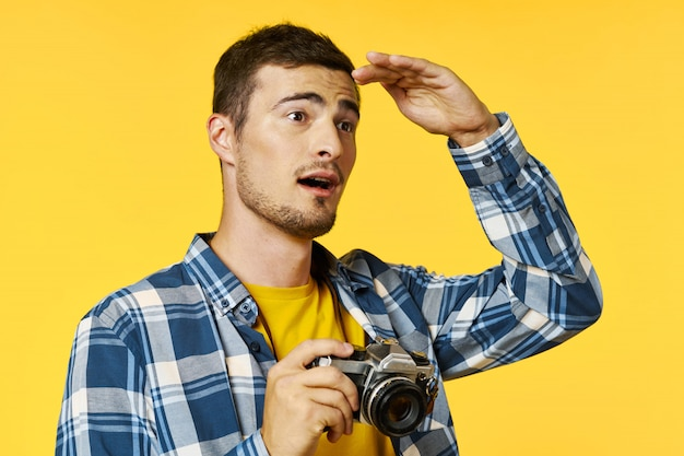 カメラを持つ男性旅行者