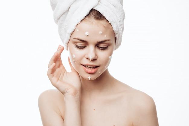 フェイスクリーム、スキンケア、保湿と栄養肌を持つ女性の肖像画
