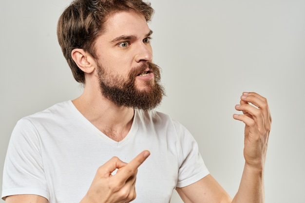 Агрессивный молодой человек с бородой