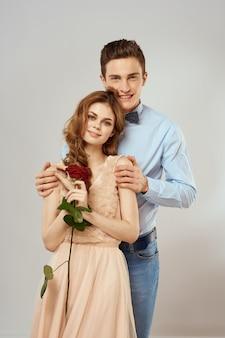 若いカップルの男性と女性が一緒に美しい人。