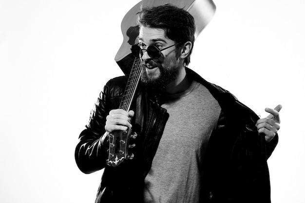 Мужчина играет на электрогитаре, черно-белое фото