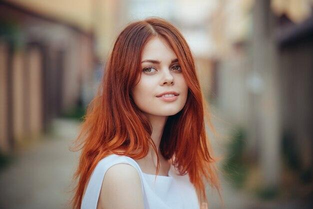 Портрет молодой женщины в лучах заката света