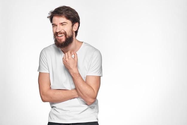 ひげと幸せな若い男