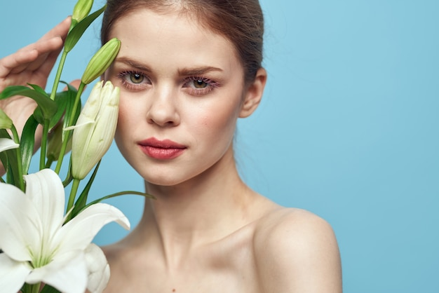 花のポーズ、ロマンチックな柔らかいイメージ、女性の肖像画と美しい若い女性
