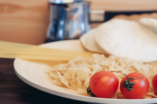Приготовление пасты с помидорами, кухонный стол