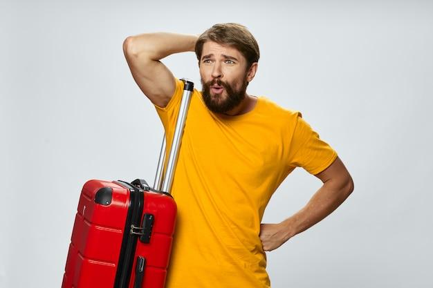 スーツケースを持った男が飛行機のフライトの動揺して感情の表情に遅れた