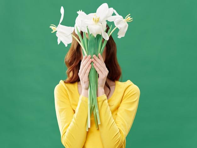 Весна молодая красивая девушка с цветами, женщина позирует с букетом цветов, женский день