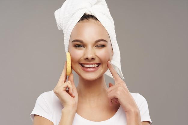 きれいな肌と頭にタオルで陽気な女性