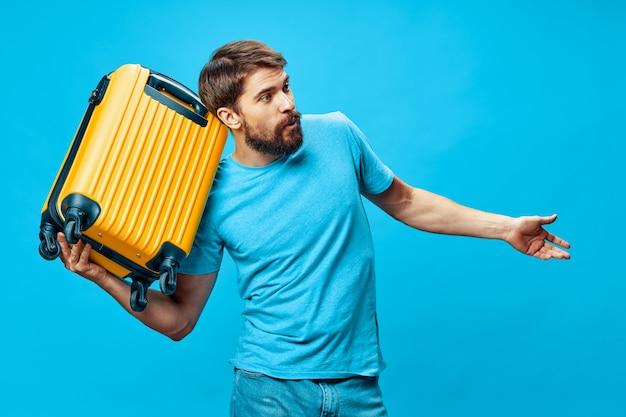 スーツケースを持って男