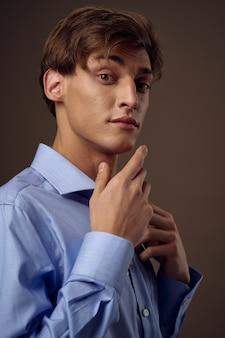 青いシャツのビジネスマン