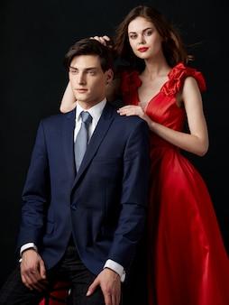 Женщина в красивом платье с мужчиной обнимает праздничную пару, красивый портрет сексуальной пары