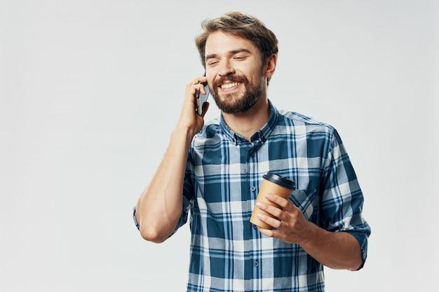 携帯電話のポーズでひげとハンサムな男性モデル
