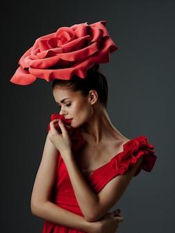 バラ、バラの花びら、スタイリッシュな画像、赤い口紅と豪華なドレスの美しい若い女性