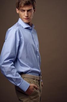 スタイリッシュなスーツのポーズでハンサムな若い男性モデル