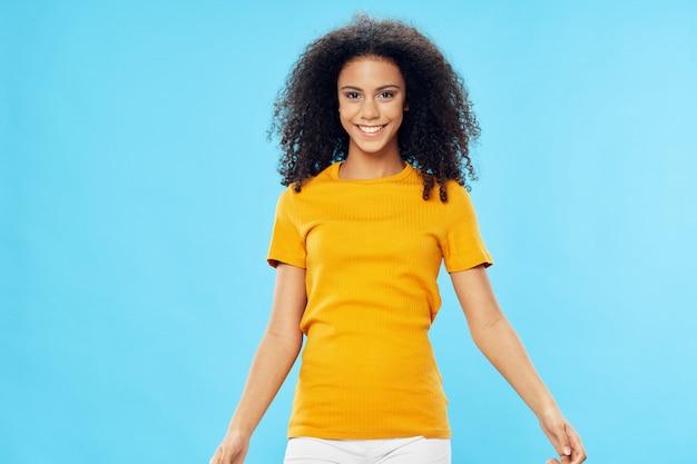 Женщина афроамериканец в футболке в позе