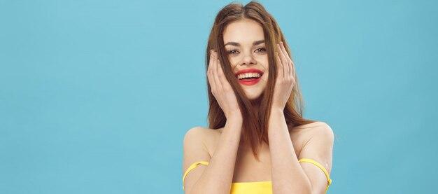 Женщина с красивой улыбкой, портрет крупным планом
