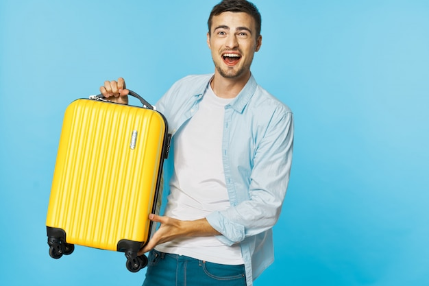Мужчина и женщина путешественник с чемоданом, цветной фон, радость, паспорт