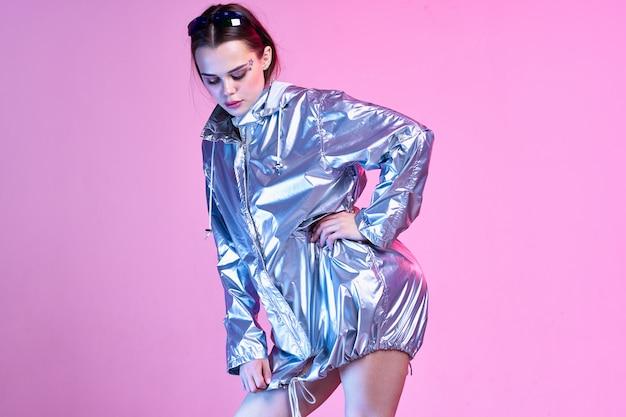 ピンクの背景に銀の服の女性