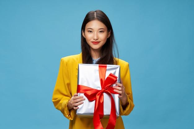Азиатская женщина с подарочной коробкой