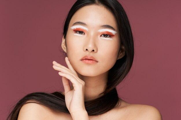 スタイリッシュな服でポーズ美しい若いアジア女性