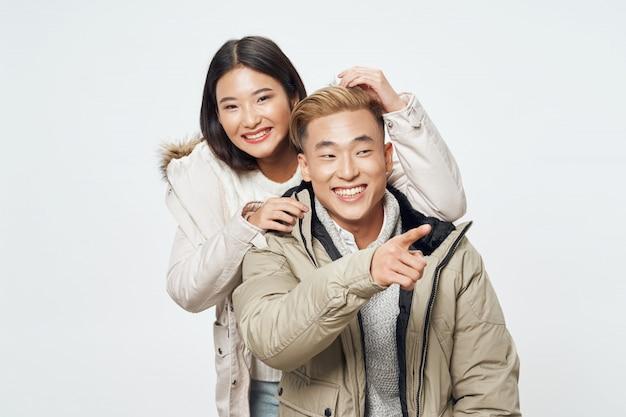 アジアの女性と冬服の男