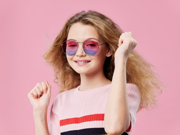 Маленькая девочка позирует в стильной одежде