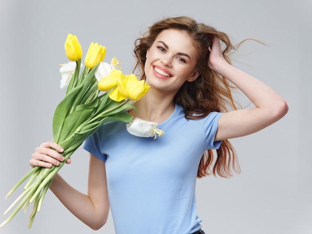 花の花束と美しい女性