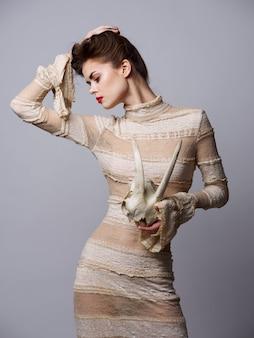 Готическая женщина с историческим кружевным платьем с рогами на голове, аккультизм, образ хэллоуина